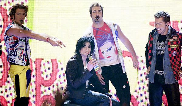 http://mtv.mtvnimages.com/content/ontv/vma/2008/photo/flipbooks/best-performances/vma2001-michaeljackson-nsync-2-Getty-Images.jpg?width=600