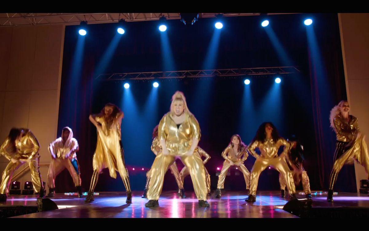 pitch-perfect-2-screenshot-gold-jumpsuits-bellas