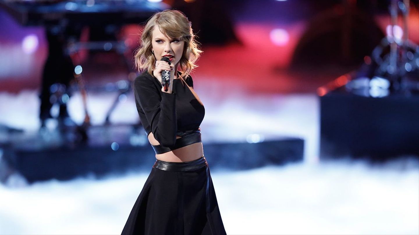 Can You Find Taylor Swift In A Sea Of Underwear Clad Victoria S Secret Models Mtv