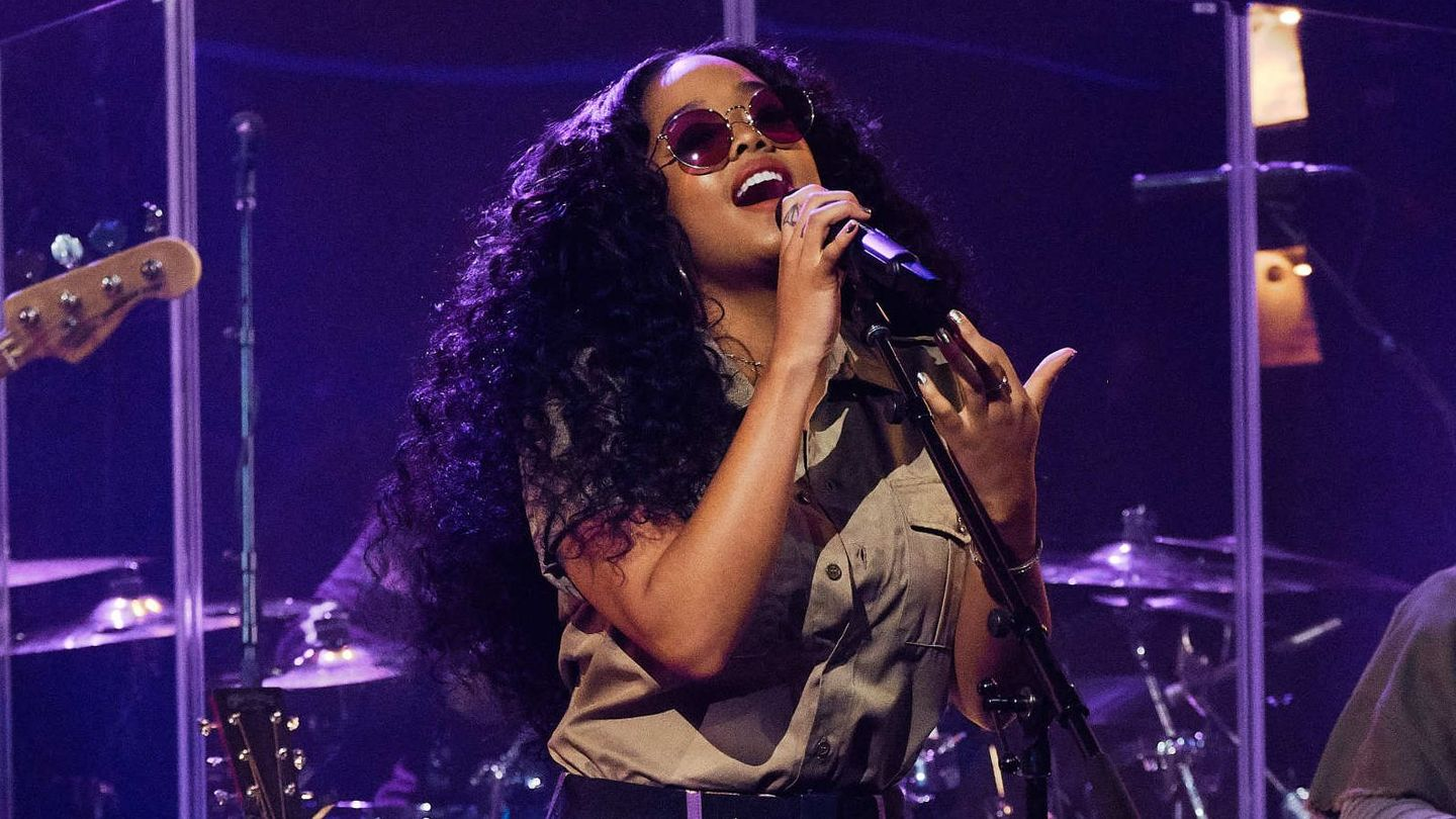 H.e.r.'s Latest Performance Is A Stellar Reminder Why She Earned All Those Grammy Nods