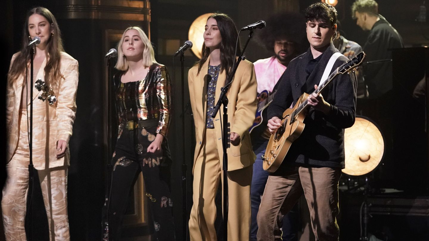 Vampire Weekend And Haim Trade Soft-voiced Verses On Fallon