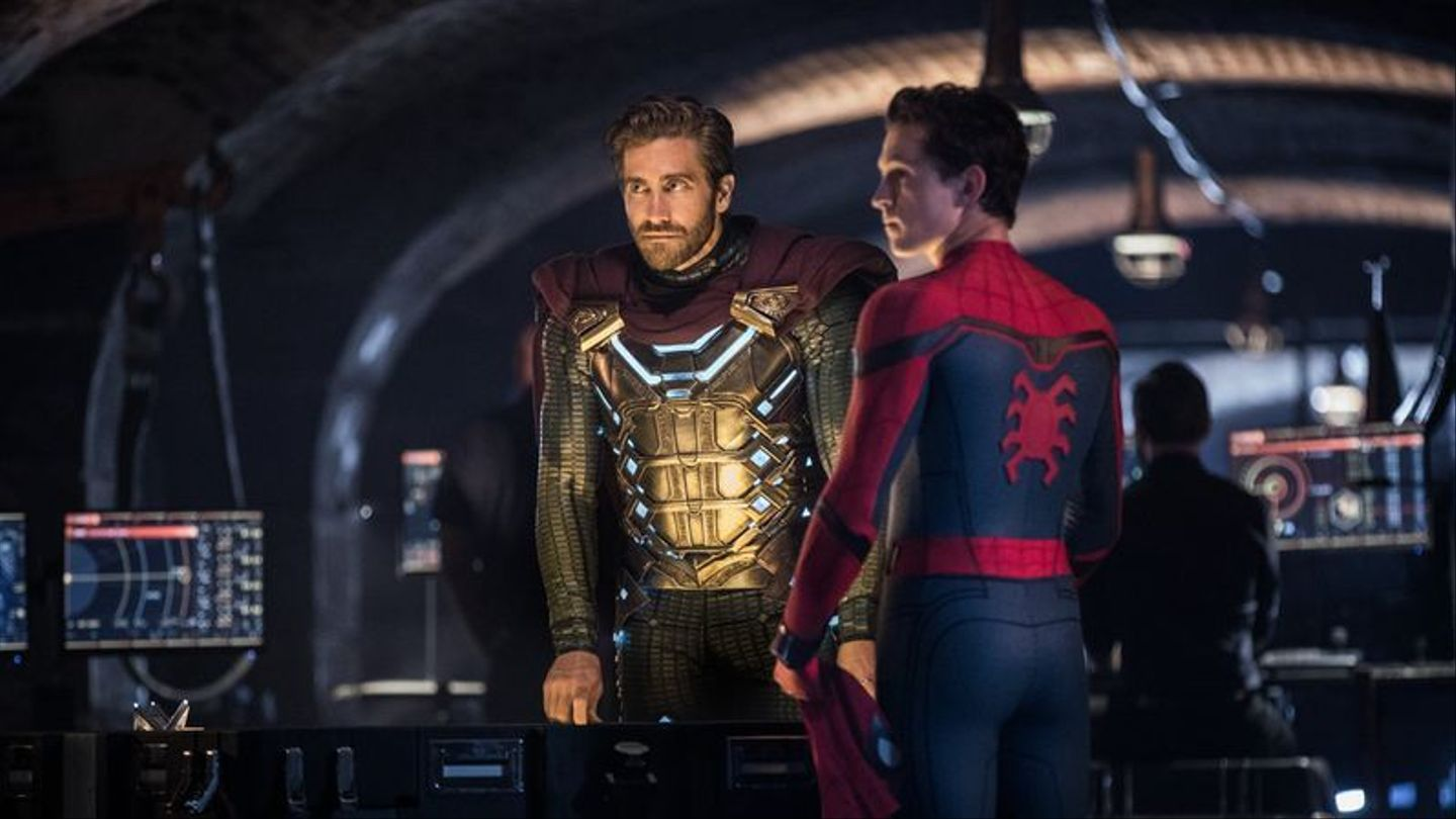 Spider-man And Mysterio Have A Heart To Heart In New Far From Home Footage