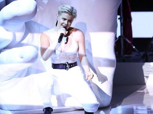 Robyn Sits In A Hand And Creates A Kaleidoscope In Fallon Performance