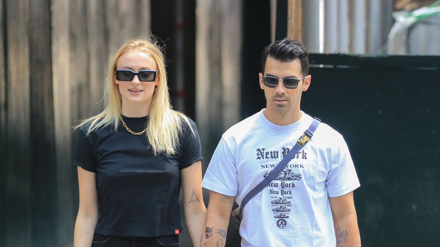 Sophie Turner Joins Joe Jonas Onstage For Birthday Cake And A Kiss
