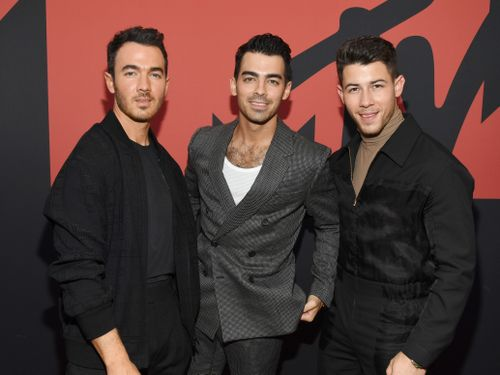 Jonas Brothers Showed Up To A Fan's Chemo Session And Made Her Dream Come True