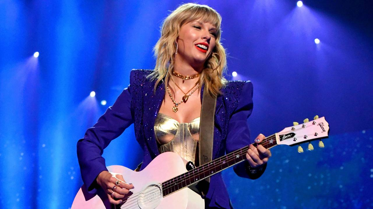 Every Guitar String Scar On Her Hand Inside Taylor Swift S Glittery Vmas Opening Mtv