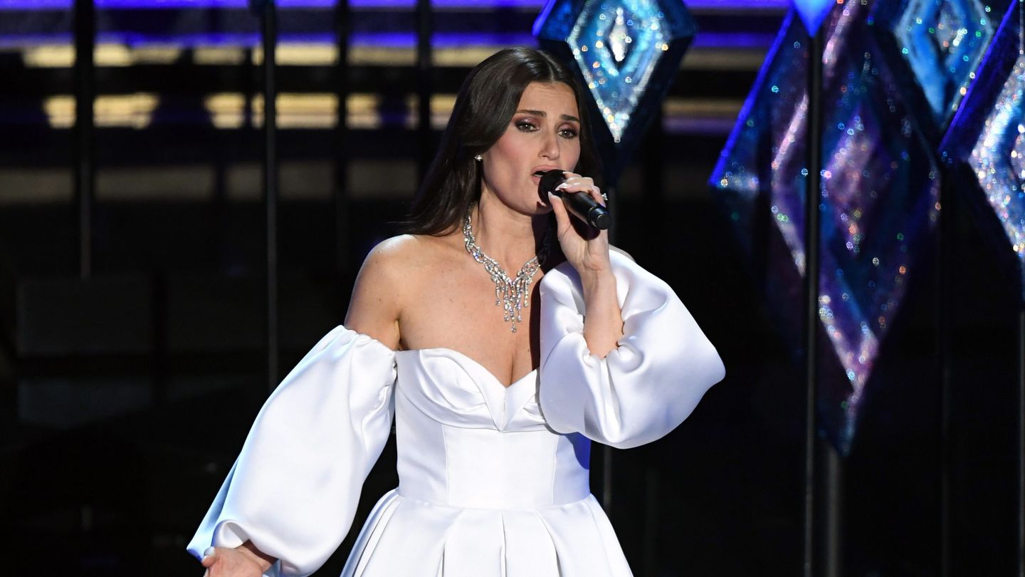 Idina Menzel Headed 'Into The Unknown' With Her Elsa Doppelgängers At The Oscars