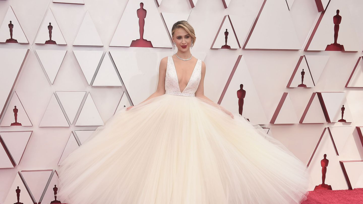 Oscars 2021 Red Carpet: See All The Jaw-Dropping Fashion thumbnail
