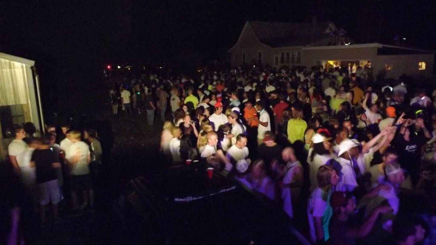 20,20 People Jam Into A 'Project X' Style Party In Michigan   MTV