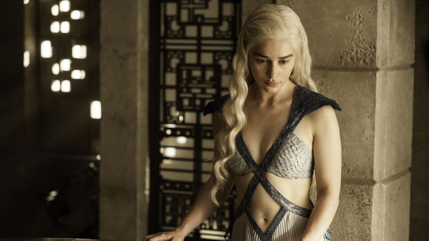 Game Of Thrones New Photos Reveal Emilia Clarkes Belly Button Mtv