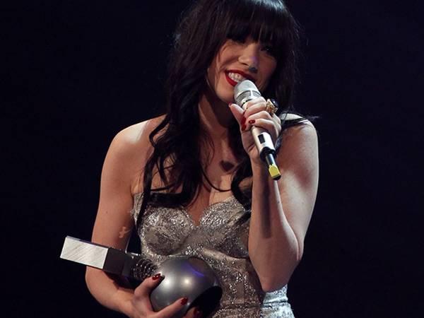 Carly Rae Jepsen wins 'Best Song' @ The '2012 MTV EMA' in Frankfurt!