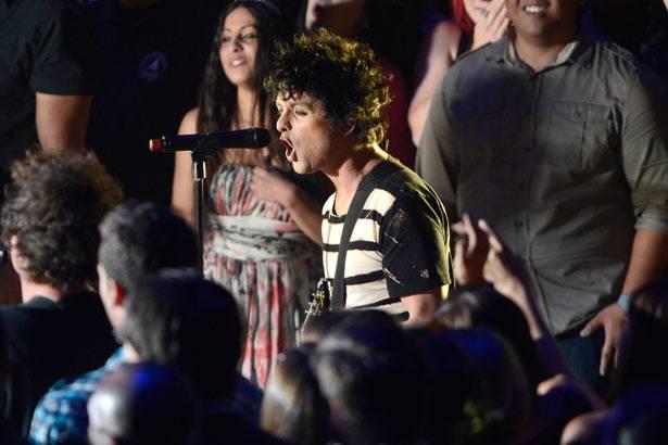 Greenday perform 'Let Yourself Go' @ the '2012 MTV VMAs'!
