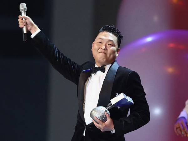 PSY wins 'Best Video' @ The '2012 MTV EMA' in Frankfurt!