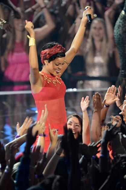Rihanna Kicks of the 2012 MTV VMA main show!