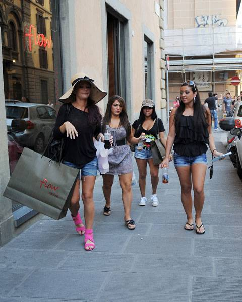 mgid:file:gsp:scenic:/international/mtv.com.au/js4-girls-shopping-480x600.jpg