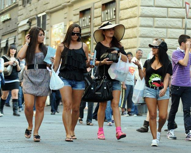 mgid:file:gsp:scenic:/international/mtv.com.au/js4-girls-walking-625x500.jpg