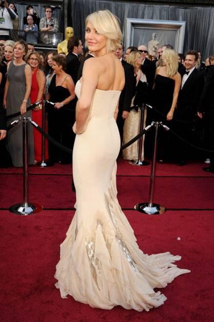 Cameron Diaz flaunts her curves at the 2012 Oscars.