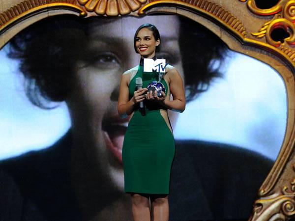 Whitney Hoston honoured with the 'Global Icon' award @ The '2012 MTV EMA' in Frankfurt!