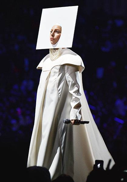 Lady Gaga performs 'Applause' @ the 2013 MTV Video Music Awards in Brooklyn!
