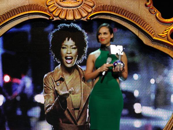 Alicia Keys accepts the 'Global Icon' award on behalf of the late Whitney Houston @ The '2012 MTV EMA' in Frankfurt!