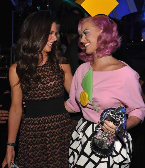 Backstage Moments : Katie Holmes And Katy Perry