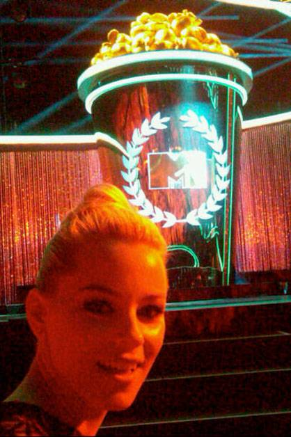Elizabeth Banks: @MTV Movie Awards! Front row. FUN. Russell. Good times. Xo