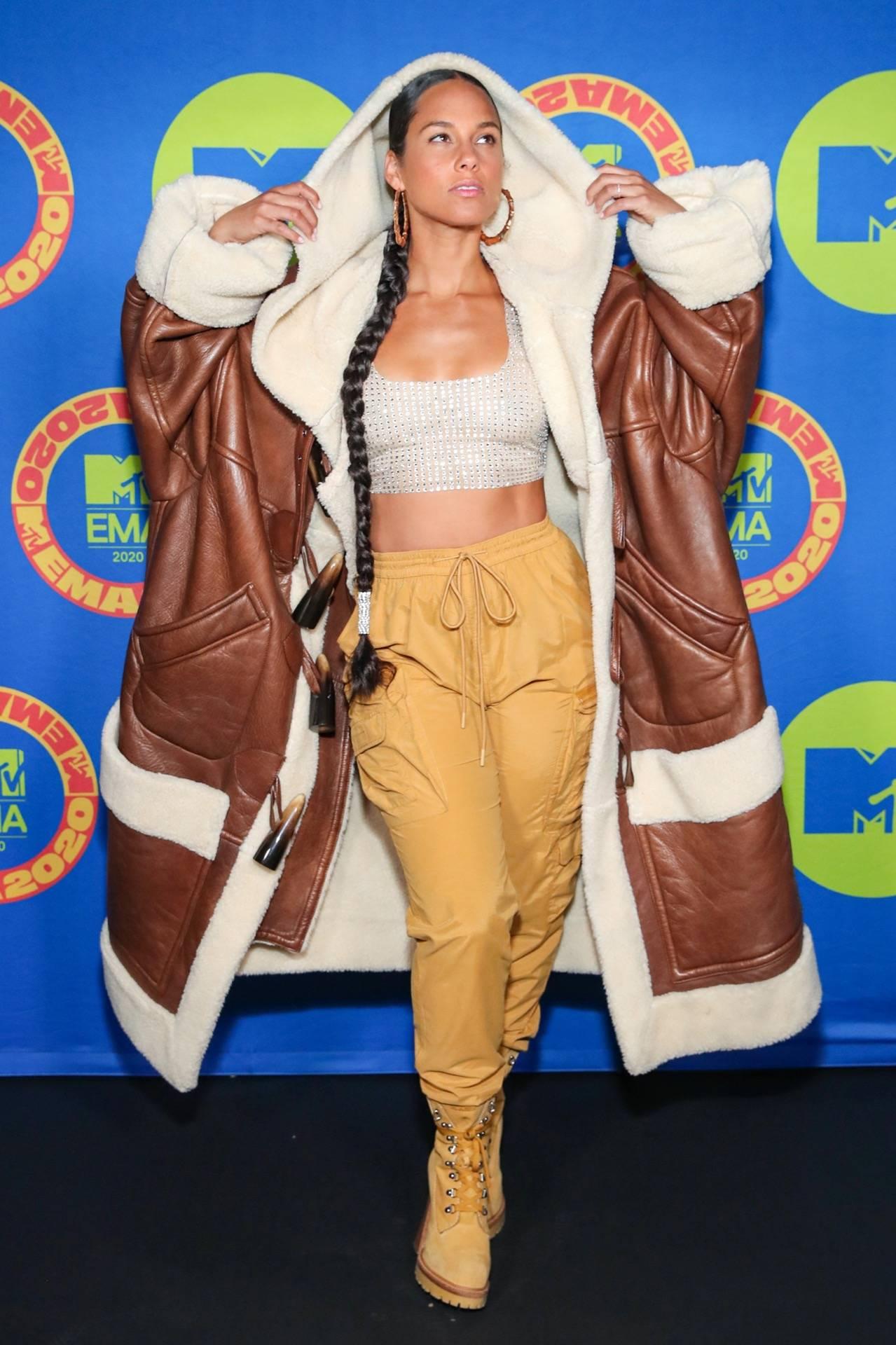 alicia-keys-posing-in-jacket-mtv-emas-red-carpet.jpg