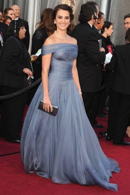 Penelope Cruz arrives at the 2012 Oscars.