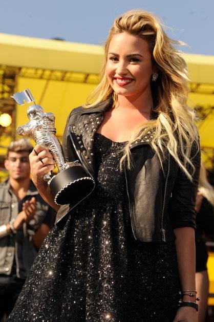 Demi Lovato | Best Video With a Message for 'Skyscraper'!