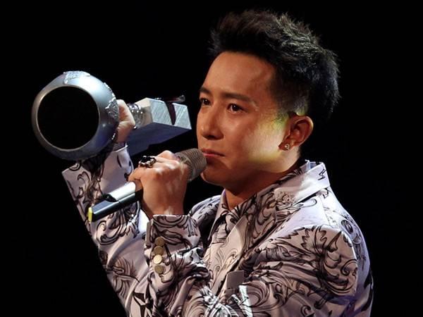 Han Geng wins 'Worldwide Act' @ The '2012 MTV EMA' in Frankfurt!