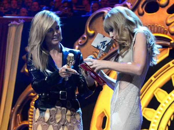 Taylor Swift wins 'Best Look' @ The '2012 MTV EMA' in Frankfurt!