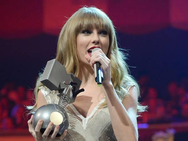 Taylor Swift wins 'Best Live' @ The '2012 MTV EMA' in Frankfurt!