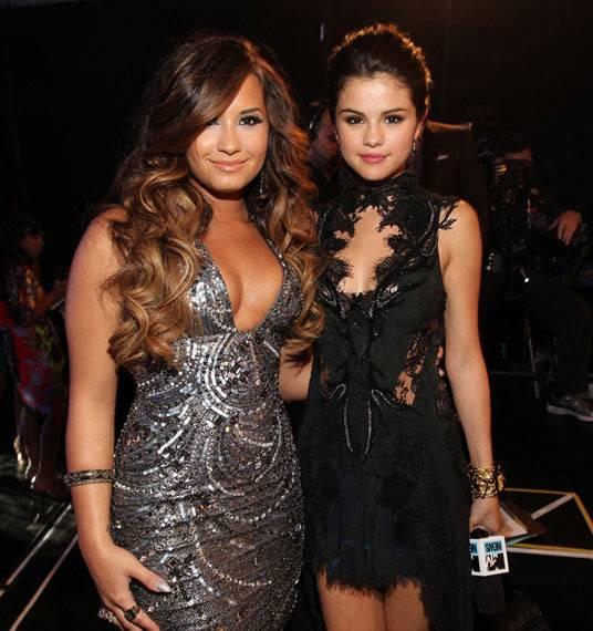 Backstage Moments : Demi Lovato And Selena Gomez