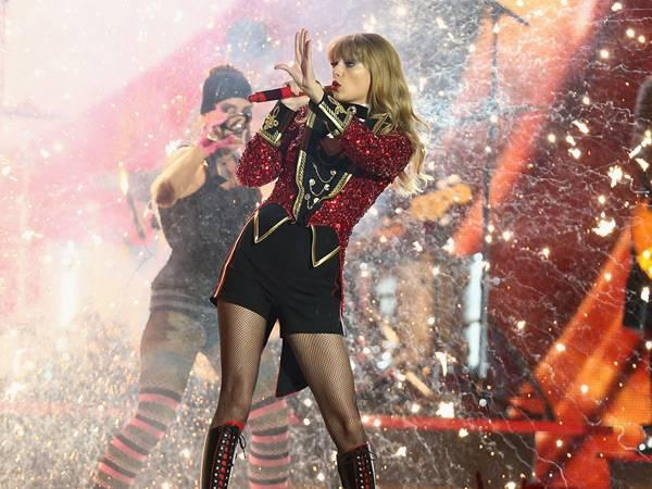 Taylor Swift Performs @ The '2012 MTV EMA' in Frankfurt!