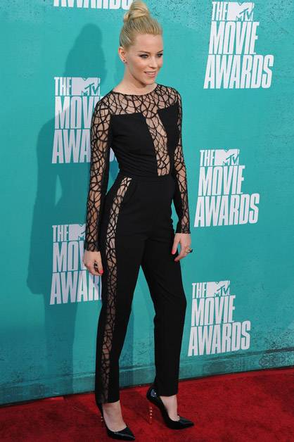 Elizabeth Banks strikes a pose on the red carpet at the 2012 MTV Movie Awards.