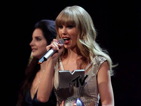 Taylor Swift wins 'Best Female' @ The '2012 MTV EMA' in Frankfurt!
