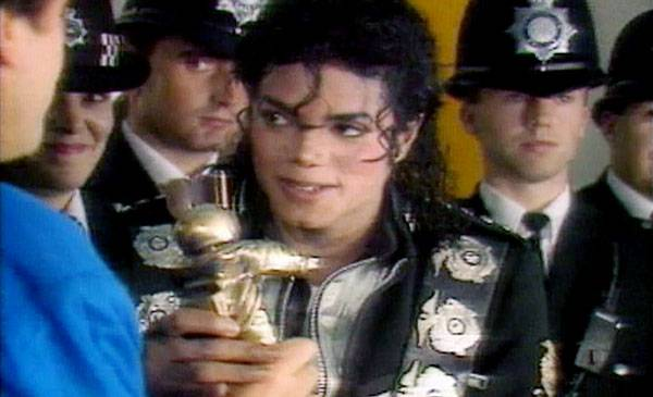 1988 - Peter Gabriel presents Michael Jackson with the highly sought-after Video Vanguard Award, an honor which was later renamed after him.