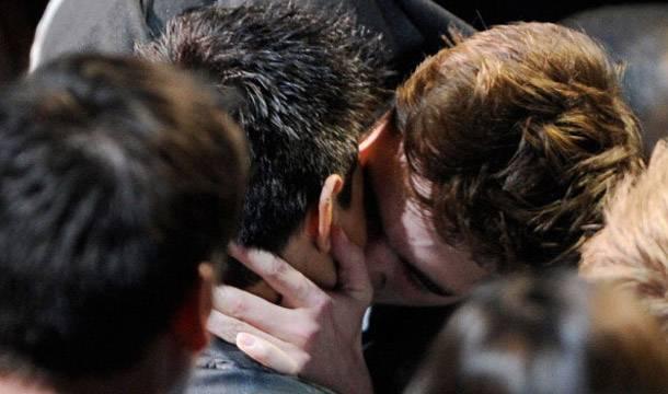 Robert Pattinson and Taylor Lautner kiss!