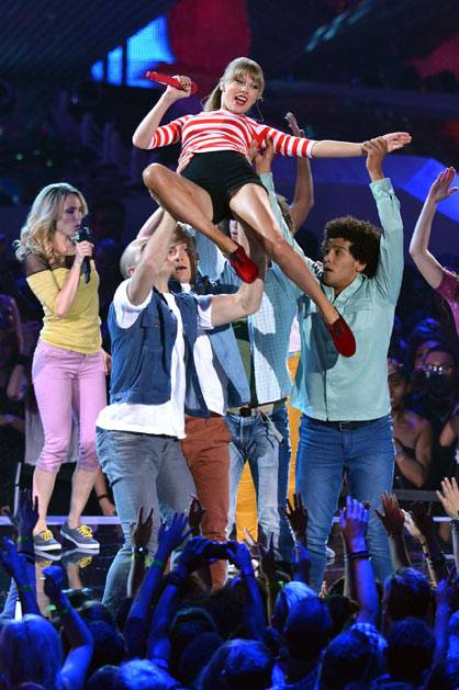 Taylor Swift closes the night with 'We Are Never Getting Back Together' @ the '2012 MTV VMAs'!