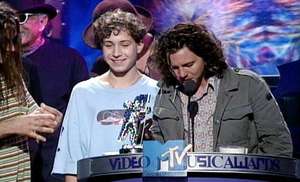 1993 - Pearl Jam bring 'King Jeremy the wicked' up to help them accept the Moonman for Best Video of the Year.