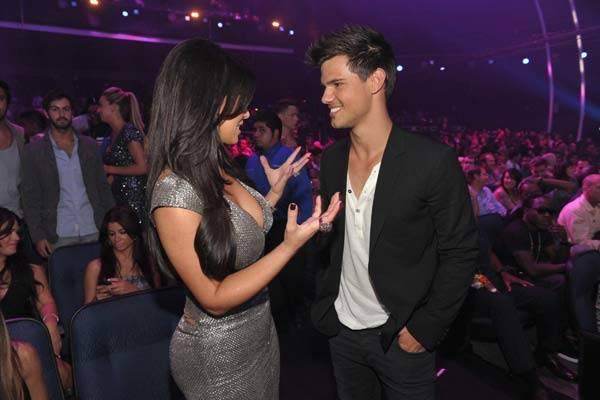 Backstage Moments : Kim Kardashian And Taylor Lautner