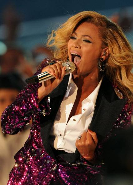 Beyonce performing at the 2011 MTV VMAs...