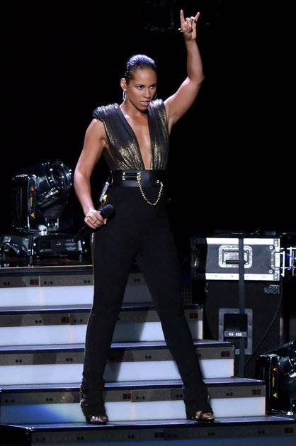 Alicia Keys perform 'Girl On Fire' @ the '2012 MTV VMAs'!