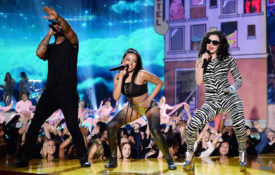 /content/ontv/movieawards/retrospective/photo/flipbooks/showstopping-musical-performances/2015-ty-dolla-sign-tinashe-charli-xcx-469531496.jpg