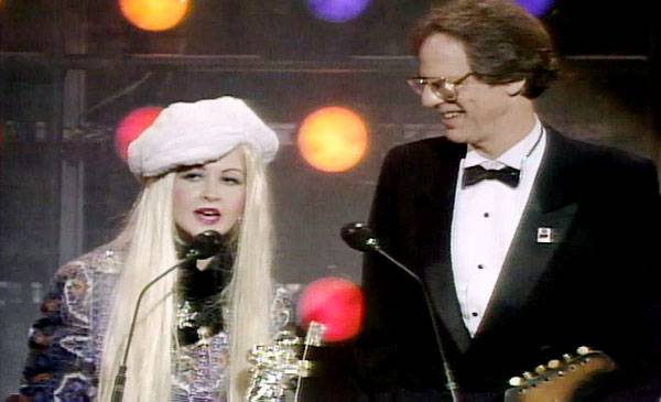 /content/ontv/vma/2007/images/archive/flipbooks/1985/1985_cyndi_accepts.jpg