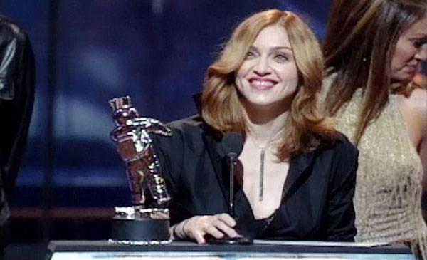 /content/ontv/vma/archive/images/1999/flipbook/1999_madonna_bestvideofilm_.jpg