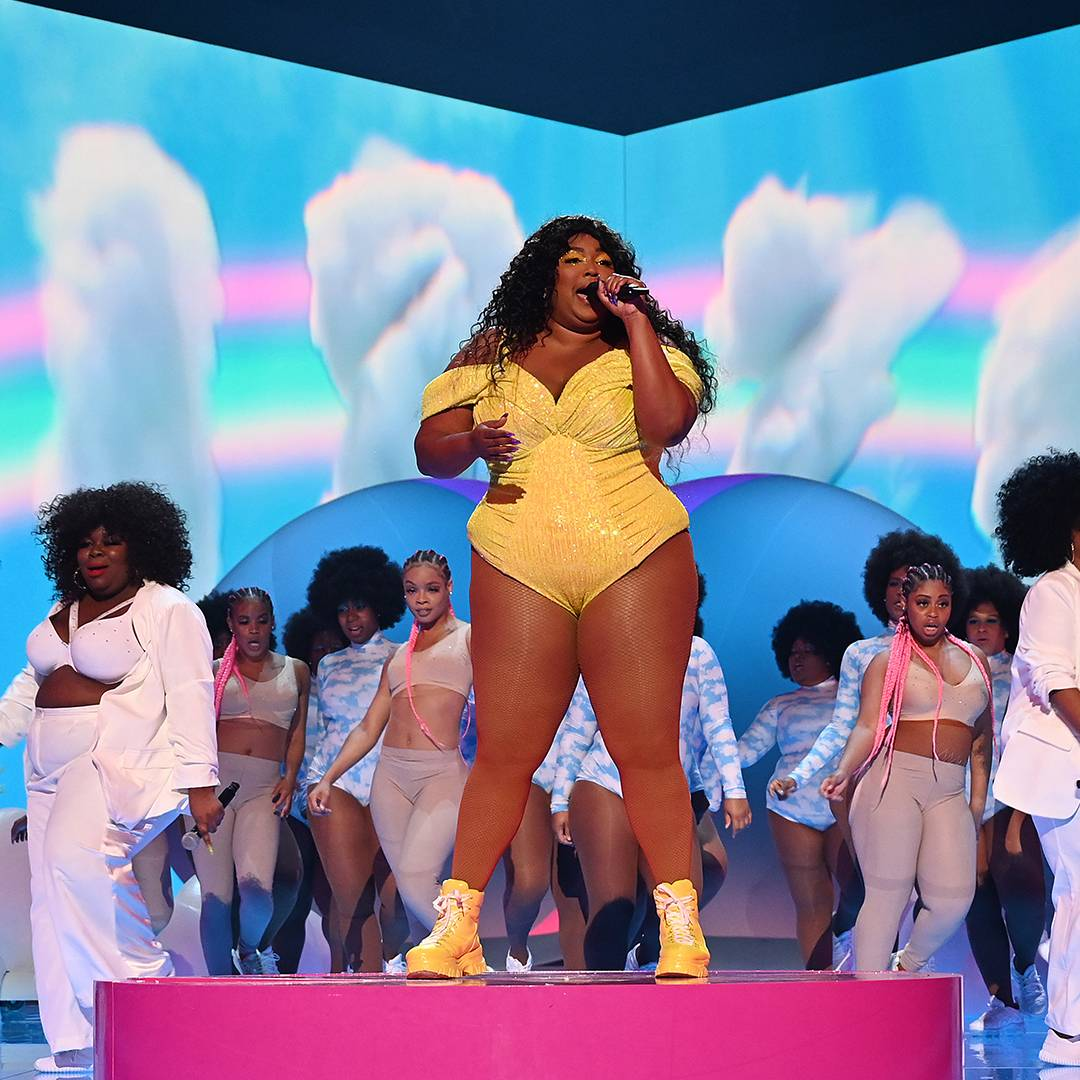 """Lizzo is an undeniable force at the 2019 VMAs performing her songs """"Truth Hurts"""" and """"Good as Hell."""""""