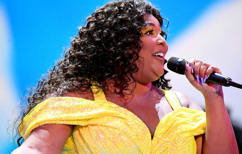 Lizzo dominates the 2019 VMAs stage with a performance of her hit songs.
