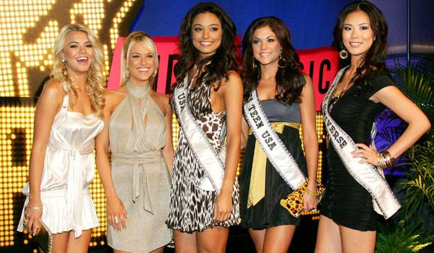 Stars of 'Pageant Place,' Katie Blair, Tara Connor, Rachel Smith, Hilary Cruz, and Riyo Mori live up to the titles on their sashes on the red carpet at the 2007 MTV Video Music Awards.