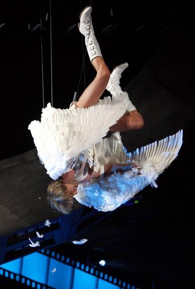 /content/ontv/movieawards/2009/photo/flipbook/09-show-highlights/bruno-wings-dangle-88086732.jpg